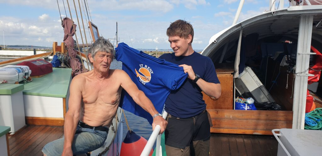 Søren forærer sin 40 år gamle T-shirts til det nye medlem Thies
